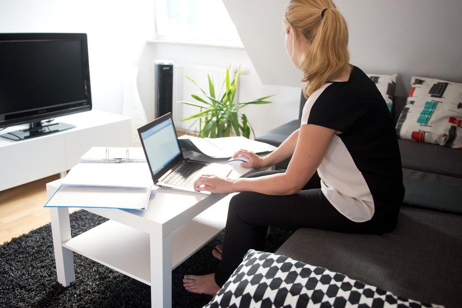 Eine Frau arbeitet von Zuhause aus. (Symbolbild)