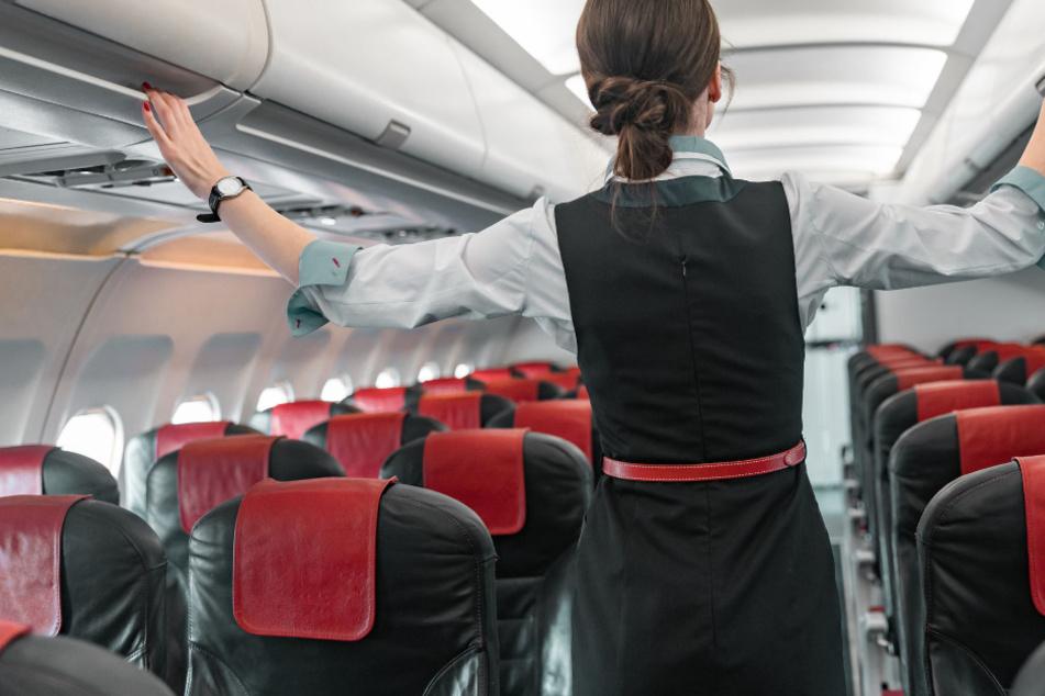 Darum sollen Flugbegleiter jetzt Windeln an Bord tragen