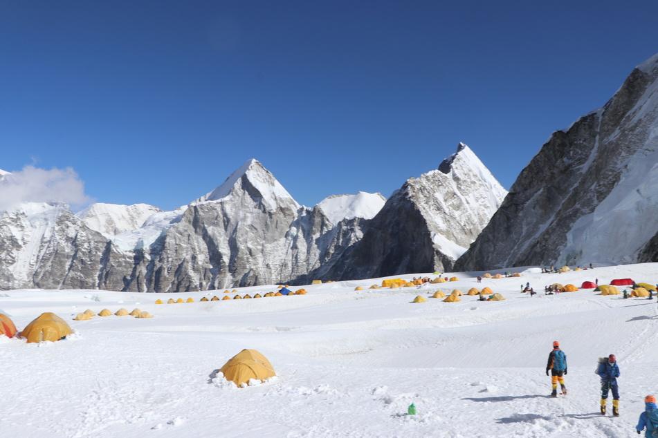 Khim Lal Gautam und seine Teamkollegen begeben sich zum Lager 1. Im Hintergrund sind der Berg Pumori und der Berg Lingtrin zu sehen.