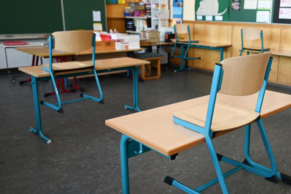 Das Foto zeigt Einzelplätze in einem Klassenzimmer der Linnéschule im Frankfurter Stadtteil Bornheim.