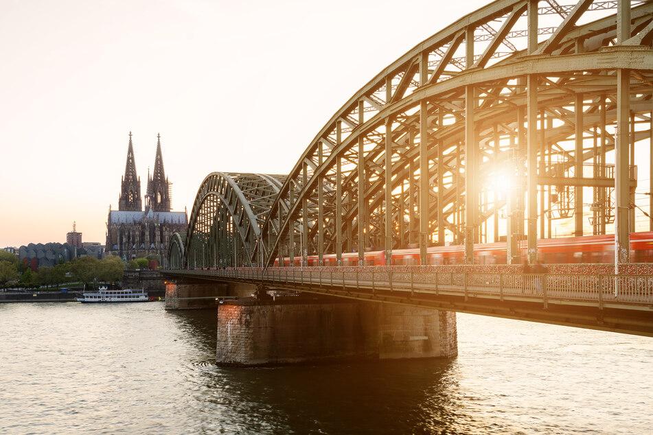 Der Rhein in Köln im Sonnenlicht. Bis zu 37 Grad sind vorausgesagt.