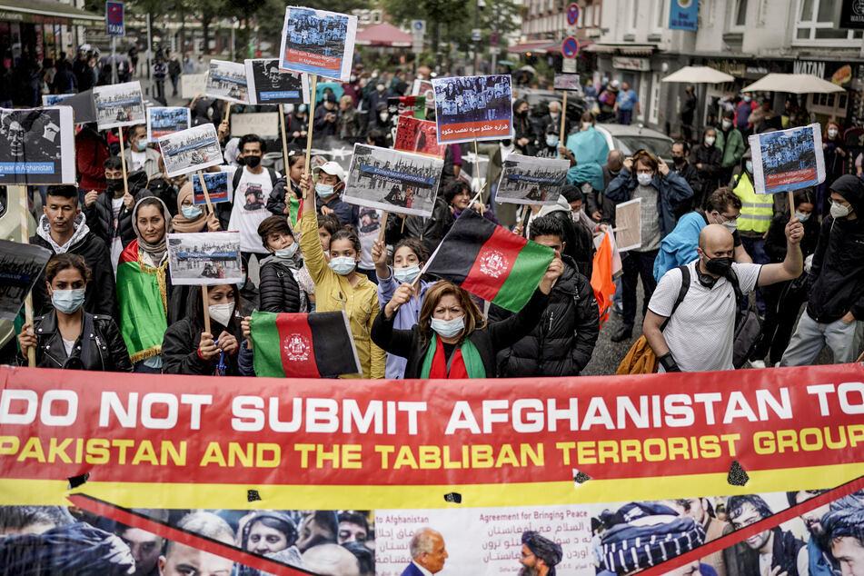 Hamburg: Hunderte Menschen demonstrieren für Luftbrücke in Afghanistan