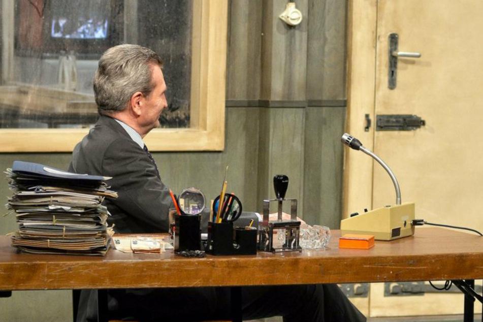Günther Oettinger (67) nimmt am Ende der Talkshow an Kurt Krömers (46) Schreibtisch Platz.