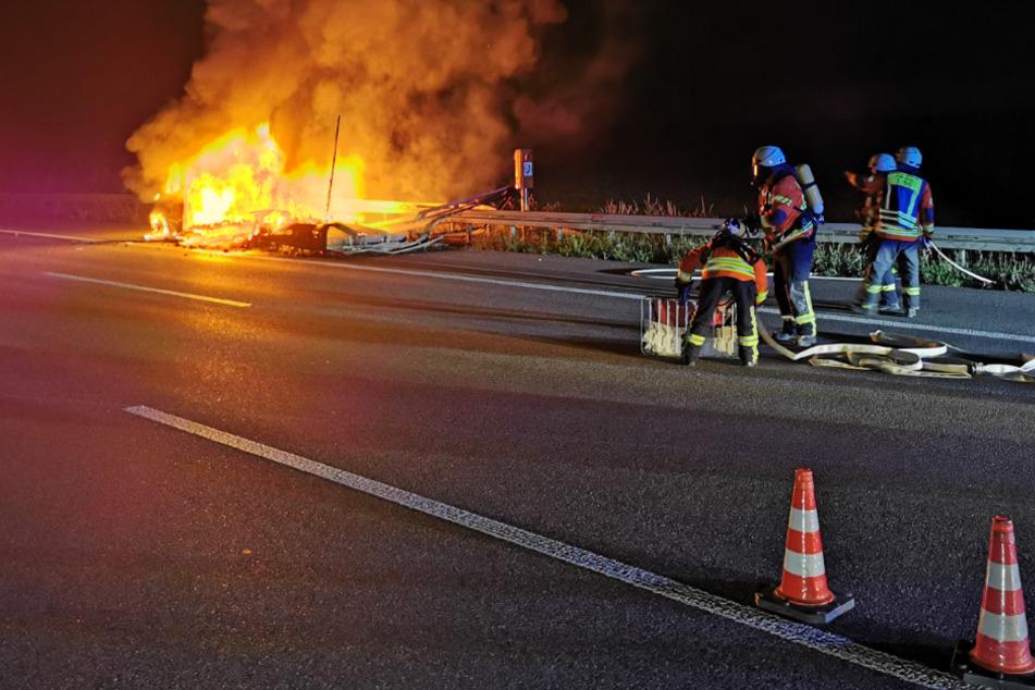 Flammen-Inferno auf der A6: Kleinlaster fängt während Fahrt Feuer