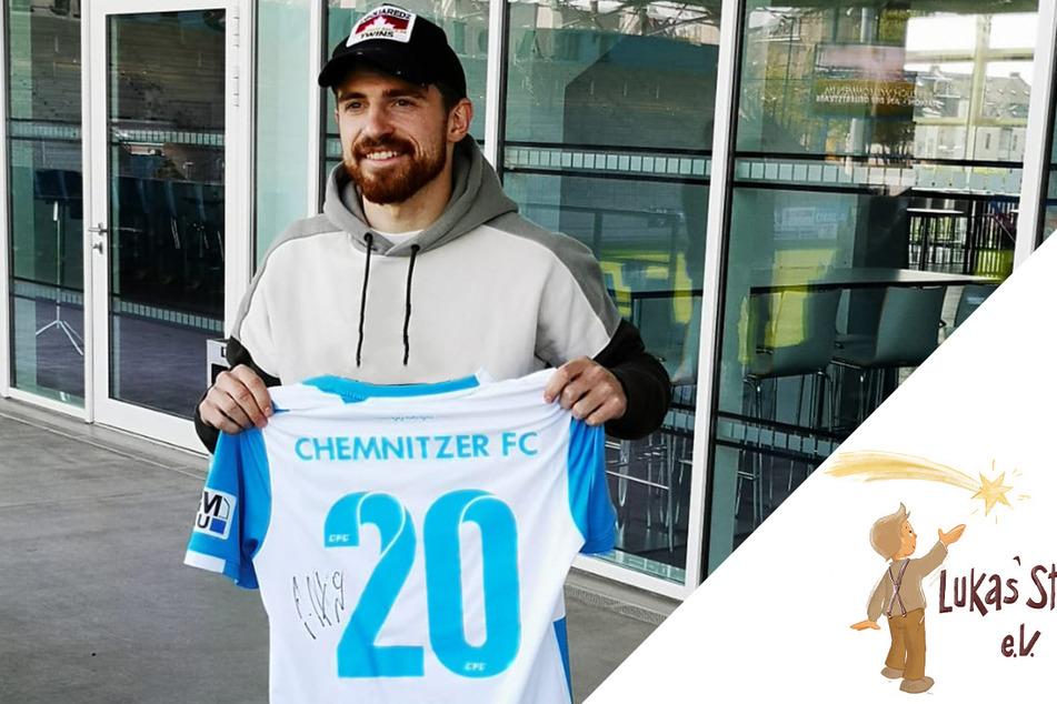 CFC-Abwehrmann Pascal Itter mit dem von ihm signierten Originaltrikot, das er beim Sachsenpokal-Halbfinal-Sieg im April 2019 gegen den 1. FC Lok Leipzig trug.