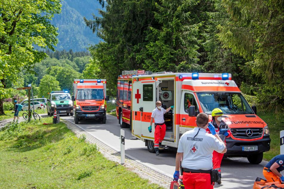 Polizei, Feuerwehr und Rettungsdienst stehen an der Unfallstelle.