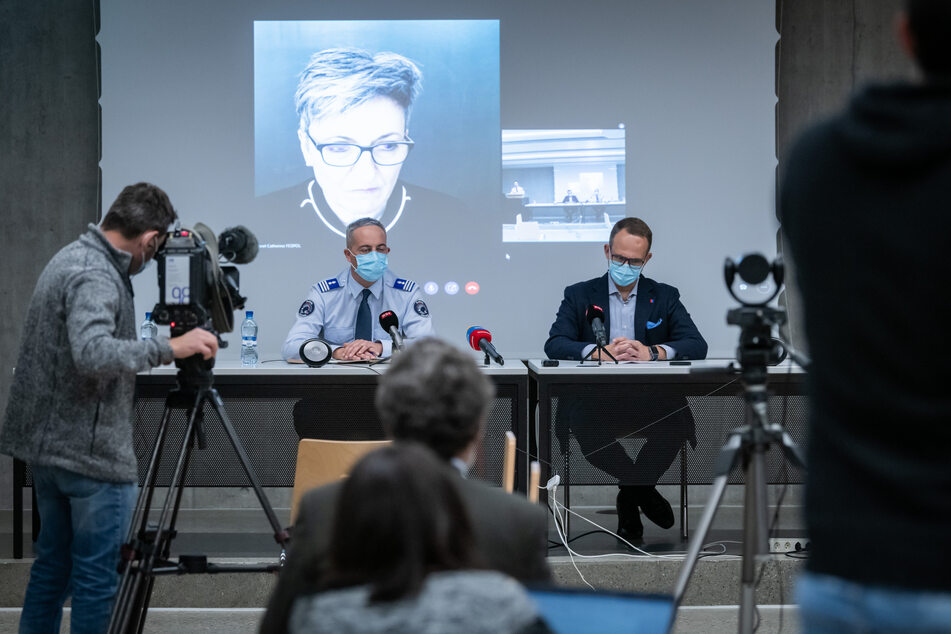 Matteo Cocchi (M, l), Kommandant der Kantonspolizei Tessin, und Norman Gobbi (M, r), Staatsrat von Tessin, nehmen am Abend gemeinsam mit der per Videostream dazu geschalteten Nicoletta della Valle (hinten), Direktorin des Bundesamts für Polizei (fedpol), an einer Pressekonferenz zum Messerangriff in Lugano teil.