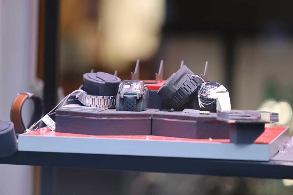 Die Ermittler gehen von einem gezielten Einbruch aus - manche Uhren ließen die Gangster liegen, besonders wertvolle Stücke nahmen sie mit.