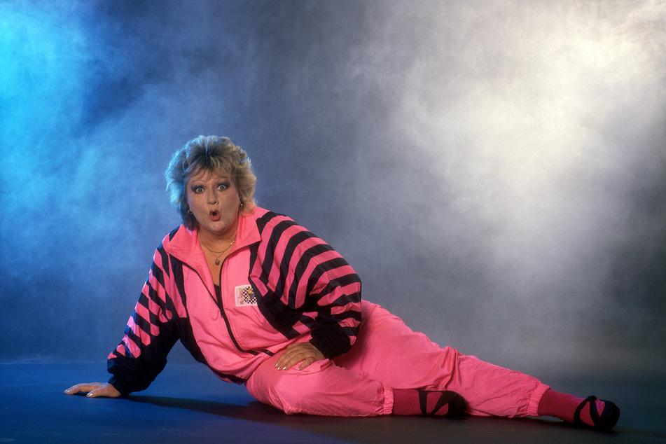 Kabarettisten Dagmar Gelbke verwandelt sich in die DDR-Legende Helga Hahnemann.