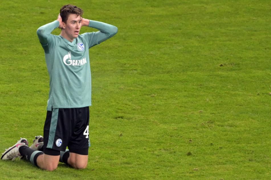 Matthew Hoppe von Schalke ärgert sich über eine verpasste Chance.