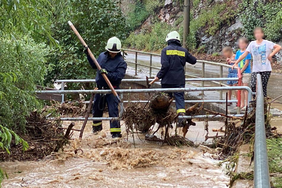 Im mittelsächsischen Reinsberg hatte es am Montagmittag so stark geregnet, dass der Ortsbach über die Ufer trat.