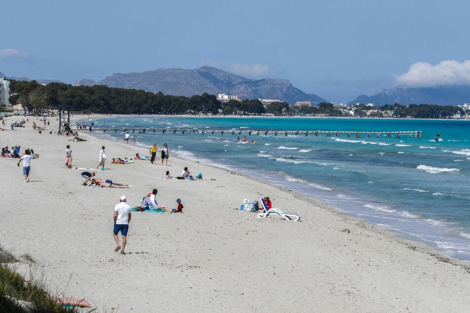 EIn Blick nach Mallorca im April: Menschen verbringen ihre Freizeit am Strand.