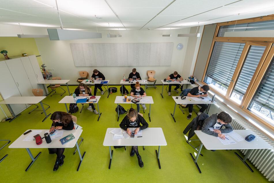 Abiturienten am Gymnasium Dresden Klotzsche sitzen während der Konsultationen in einem Klassenzimmer.