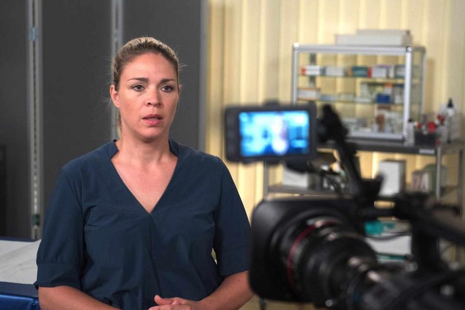 Britta erklärt in einem Interview, dass Carla aufgrund ihrer psychischen Instabilität Amelie für Gregors Tod verantwortlich gemacht hat.
