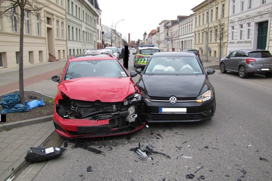 Auf der Bahnhofstraße rauschten am Samstag zwei Autos ineinander.