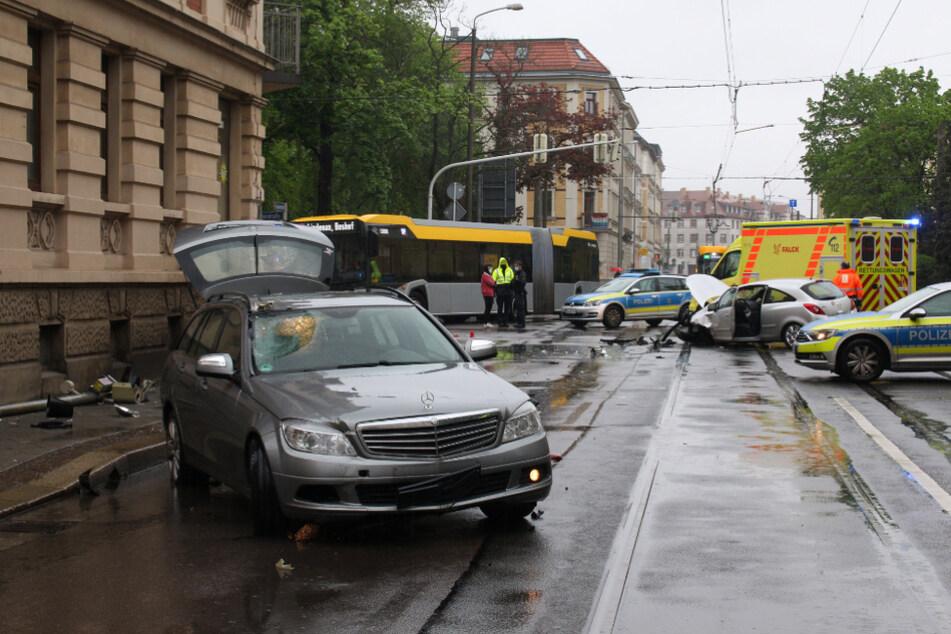 Auf der Antoinienstraße kam es zum Unfall mit einem Mercedes und einem Opel. Auch ein Rettungswagen war im Einsatz.
