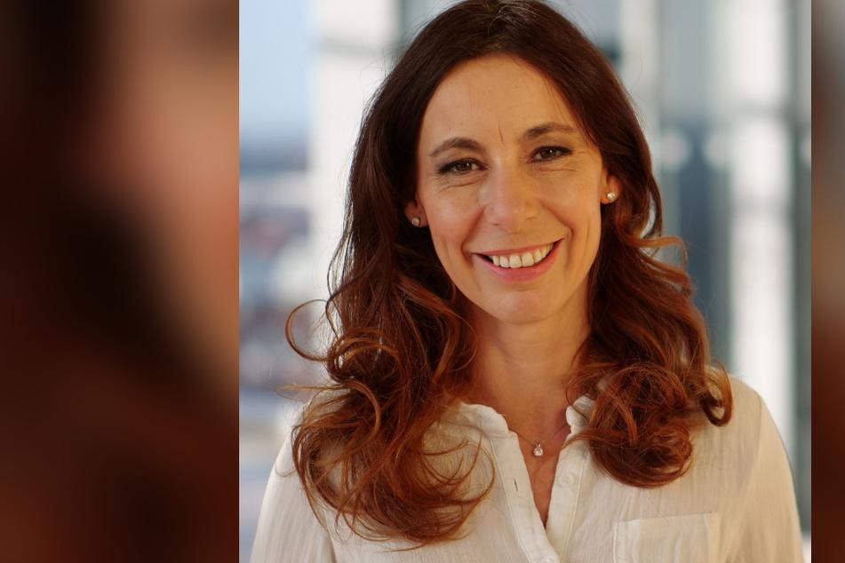 Michaela Koschak lebt in Leipzig und moderiert beim MDR-Fernsehen den Wetterbericht.