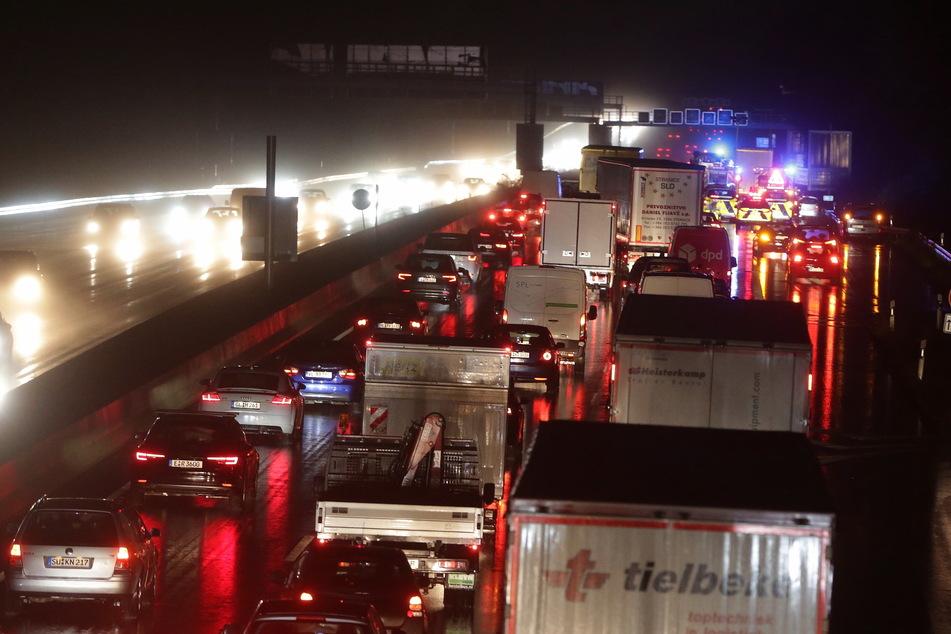 Nach einem Unfall auf der A3 sind die Rettungskräfte im Einsatz (Foto: David Young/dpa).