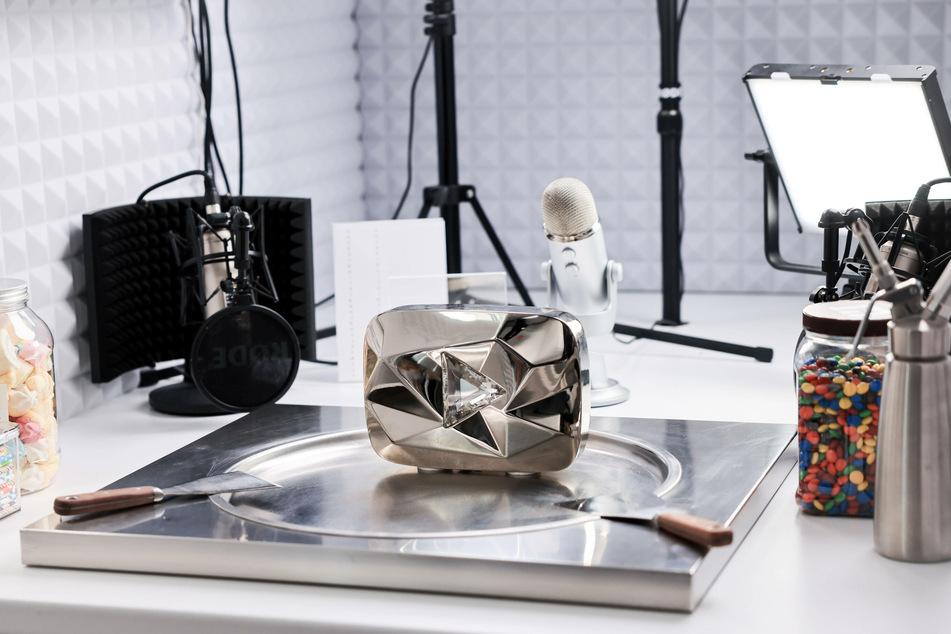 """Der """"Diamond Play Button"""" von YouTube, die Auszeichnung für zehn Millionen Abonnenten auf der Videoplattform, steht auf der Frostplatte im Studio des Youtubers Gil Grobe (40)."""