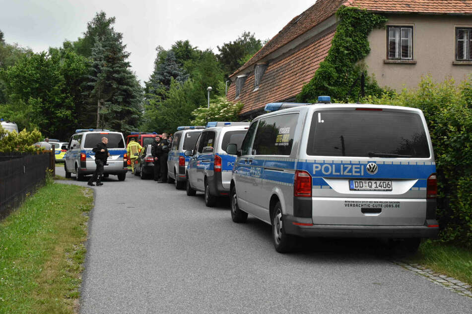 Polizeieinsatz in Ebersbach-Neugersdorf im Landkreis Görlitz: Die Polizei musste mit einer Frau verhandeln, die sich gegen die Zwangsräumung ihres Hauses wehrte.