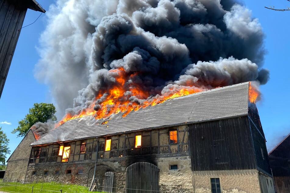 Heftiger Scheunenbrand bei Freiberg! Zwei Personen schwer verletzt