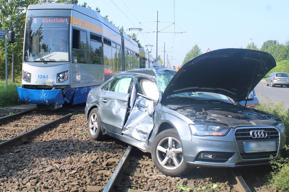 Beim Rechtsabbiegen krachte der Audi gegen die Straßenbahn.
