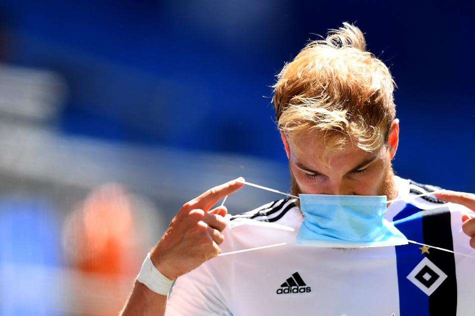 Timo Letschert setzt nach dem Spiel den Mundschutz auf. (Archivbild)