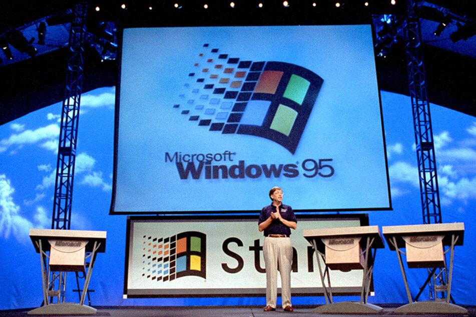 Bill Gates bei der Vorstellung von Windows 95 im Jahr 1995. Er machte Microsoft groß. Doch im März 2020 trat er aus dem Vorstand der Firma aus. (Archivbild)