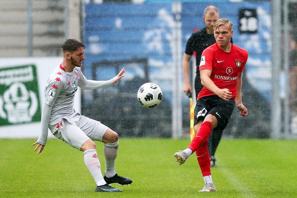 Ungewohntes Bild: Jonas Kühn (19, r.) im Trikot der SG Sonnenhof Großaspach. Die Dynamo-Leihgabe ist als Linksverteidiger gesetzt und sammelt Spielpraxis sowie Erfahrungen.