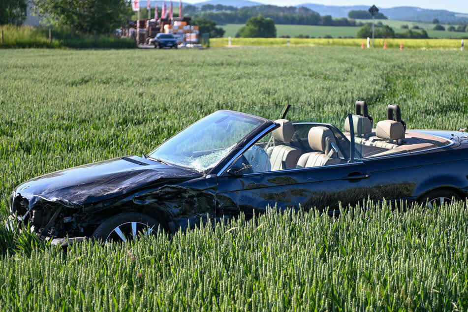 Der BMW sah nach dem Unfall nicht ganz so schlimm aus, dafür war das Fahrzeug jedoch auf die Wiese geschleudert worden.