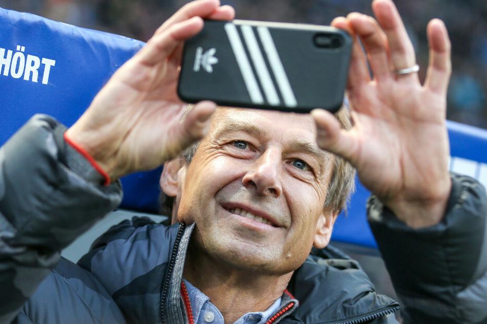 Jürgen Klinsmann hält den Auftritt von Frank Zander mit seinem Smartphone fest.