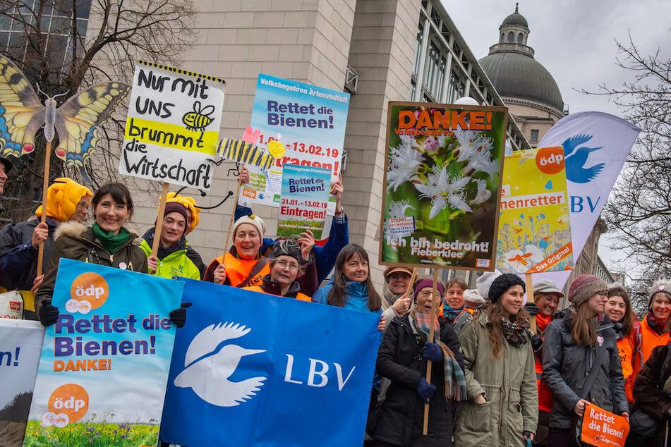 Mit Plakaten nehmen rund 40 Personen an einer Kundgebung der Initiatoren des Volksbegehren Artenvielfalt vor der bayerischen Staatskanzlei teil. Nun wird Bilanz gezogen.