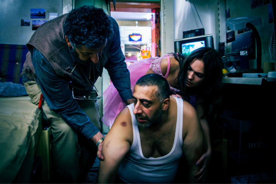 Nabil (Kida Khodr Ramadan) bricht immer wieder zusammen und spuckt Blut.