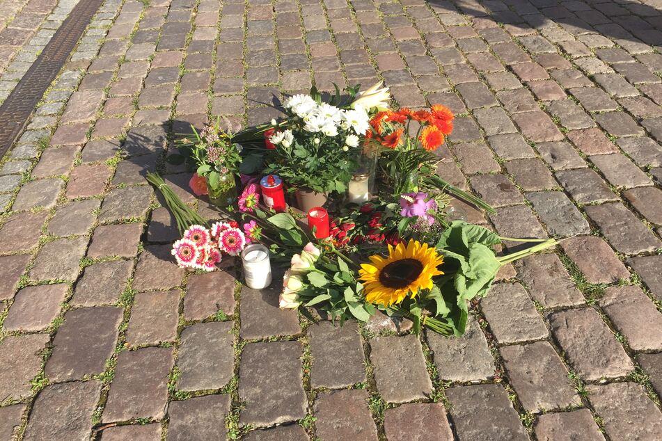 Blumen liegen auf dem Platz vor dem Kieler Rathaus.