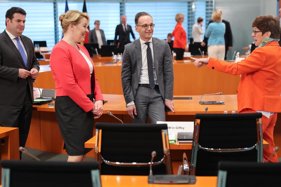 Bundesarbeitsminister Hubertus Heil (SPD, l-r), Bundesfamilienministerin Franziska Giffey (SPD), Bundesaußenminister Heiko Maas (SPD) und Annegret Kramp-Karrenbauer, Verteidigungsministerin und CDU-Vorsitzende, unterhalten sich vor Beginn der wöchentlichen Kabinettssitzung.
