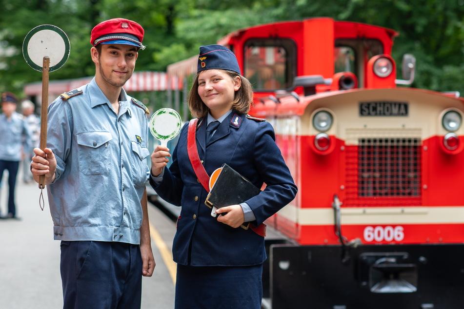 Die Parkeisenbahner Patrick Fiedler (damals 16) und Elaine Theophil (14) begrüßten 2019 noch viele Gäste.