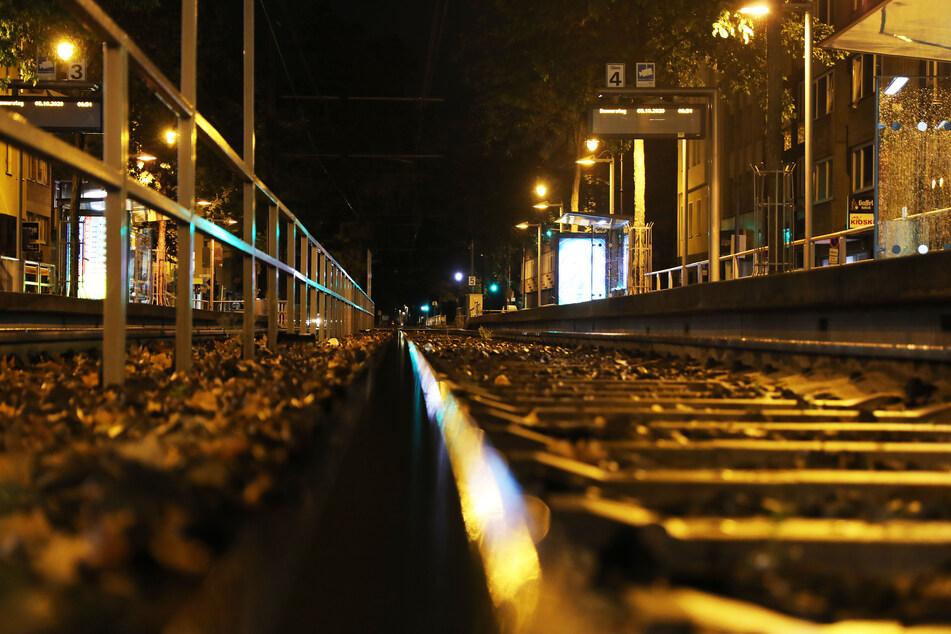 Am Dienstagabend ist ein 33-Jähriger in Köln-Zollstock aus einer fahrenden Straßenbahn gesprungen, um seinen Hund zu retten (Symbolbild).