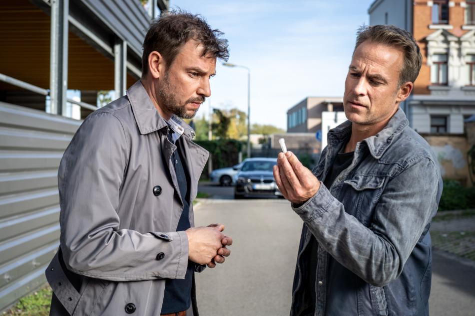 """Für seine Ermittlungen gibt sich Jan Maybach als potentieller Drogen-Kunde aus. Dabei trifft er auf Jonas Prümm der gerade das sogenannte """"Koks-Taxi"""" in Anspruch genommen hat."""