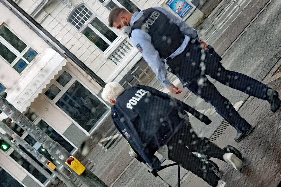 81-Jährige trägt Polizeijacke: Das hat es mit diesem Foto auf sich