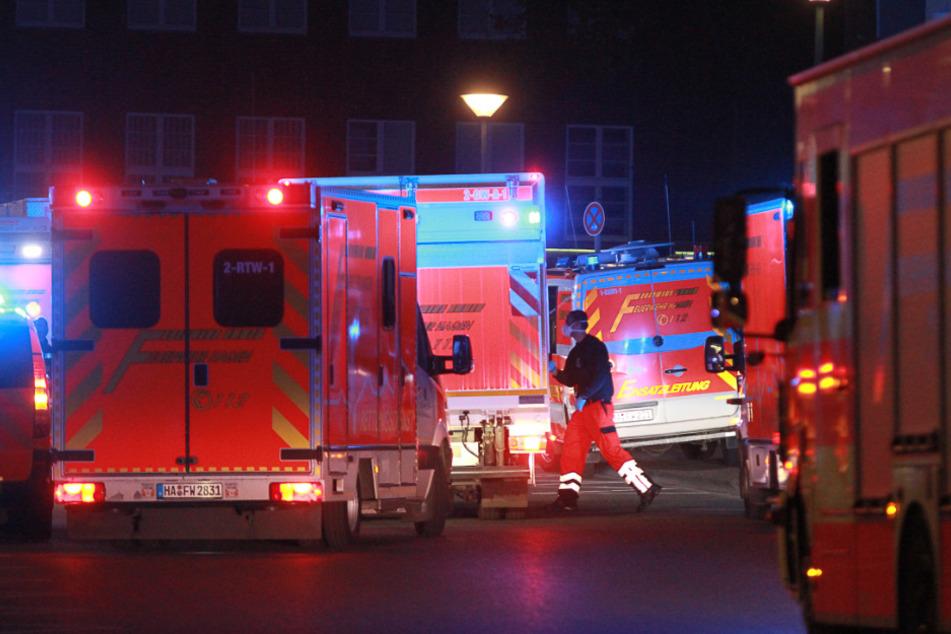 Krankenwagen und die Feuerwehr stehen vor der Justizvollzugsanstalt Hagen.