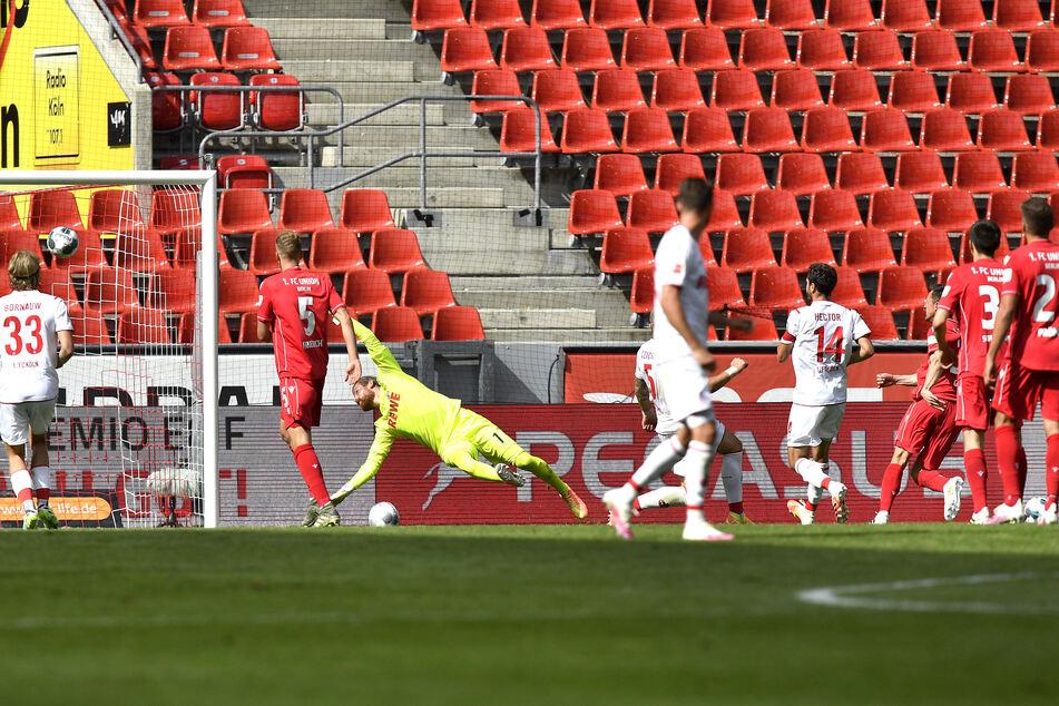 Unions Christian Gentner (3.v.r.) schießt das zweite Tor für sein Team.