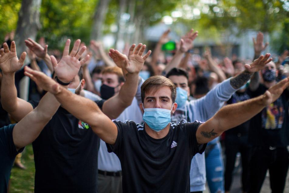 Demonstranten nehmen in Madrid an einem Protest für die Stärkung des nationalen Gesundheitsdienstes während der Corona-Pandemie und gegen die soziale Ungleichheit teil.
