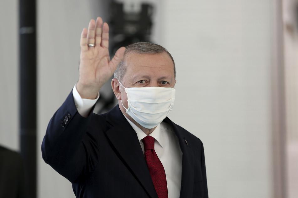 Recep Tayyip Erdogan, Präsident der Türkei, der einen Mundschutz zum Schutz vor dem neuartigen Coronavirus trägt, trifft zur Einweihung eines neuen Krankenhauses ein.