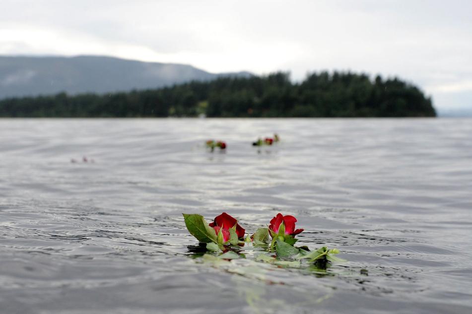 Oslo am 26. Juli 2011: Eine Rose schwimmt im Gedenken an die Opfer des Anschlags des norwegischen Massenmörders Anders Behring Breivik vor der Insel im Wasser.