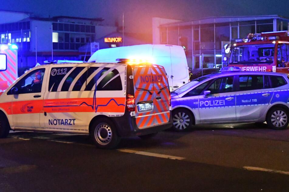 Das Foto zeigt einen Transporter hinter Einsatzfahrzeugen von Notarzt und Polizei.