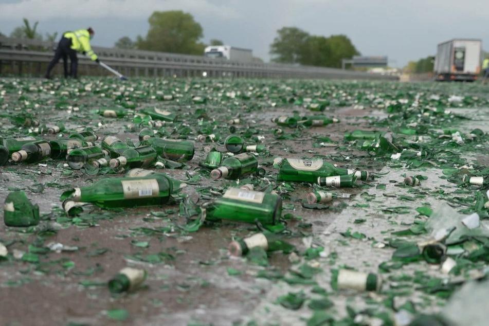 Unfall A1: Trauriger Anblick: Lastwagenfahrer verliert etliche Bierkisten, Autofahrer räumen A1