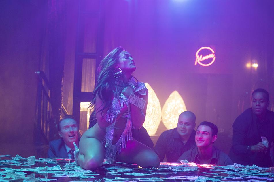 """In """"Hustlers"""" spielt Jennifer Lopez eine Stripperin, die auf illegalen Wegen versucht, das große Geld zu machen."""