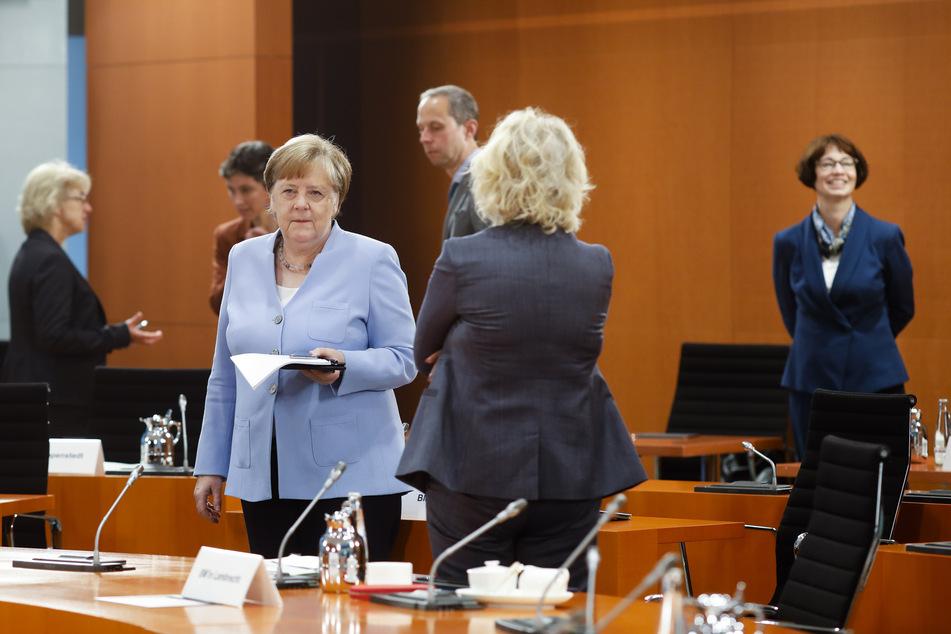 Bundeskanzlerin Angela Merkel (CDU, 3.v.l.) kommt zu einer Sondersitzung des Bundeskabinetts am heutigen Freitag und unterhält sich mit Christine Lambrecht (SPD, 2.v.r.), Bundesjustizministerin.