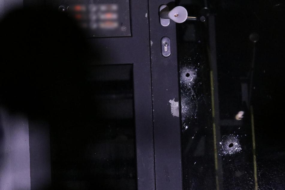 In einer Tür in Friedrichsfelde sind die Einschusslöscher gut zu erkennen.