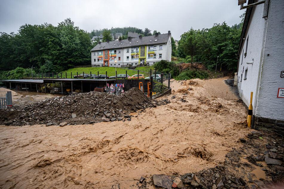Auf dieser Straße in Altena kam es zum Erdrutsch. Die heftigen Unwetter forderten nun sogar das Leben eines Feuerwehrmannes.